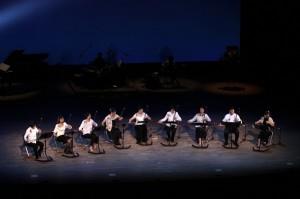 夜空に見えるステージの背景に、「不夜の灯火 不夜の物語」をロマンティックに奏で♪